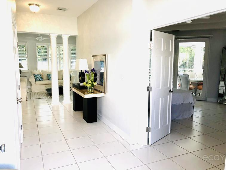 Sovereign- 7MB - Within walking Distance to Camana bay.